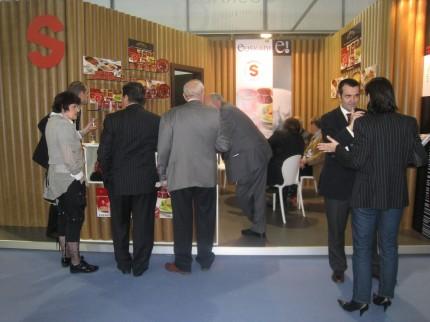 Clientes degustando las Conservas Serrats en la Feria Alimentaria