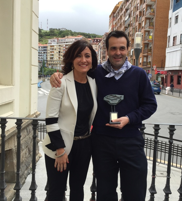 Ignacio Serrats con la alcaldesa de Bermeo Idurre Bideguren y el Premio Hegaluze