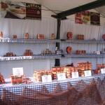 Stand con conservas de pescado de Conservas Serrats en la Itsaski Azoka-Feria del marisco